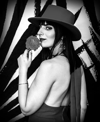 Elle - Singer